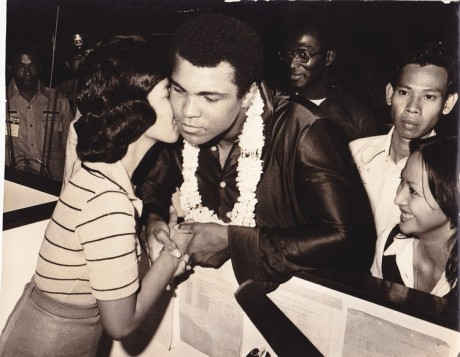 ALI RECEIVES A KISS FROM ADMIRING FAN WIRE PHOTO